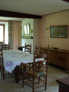 La salle à manger du gîte, avec sa baie vitrée, sa grande table rallongeable, ses buffets