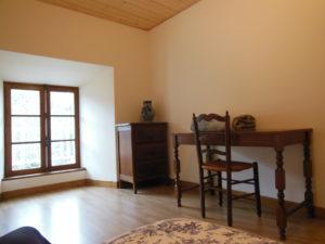 La Chambre Aux Oiseaux, son lit, son bureau, sa chaise et son meuble de rangement
