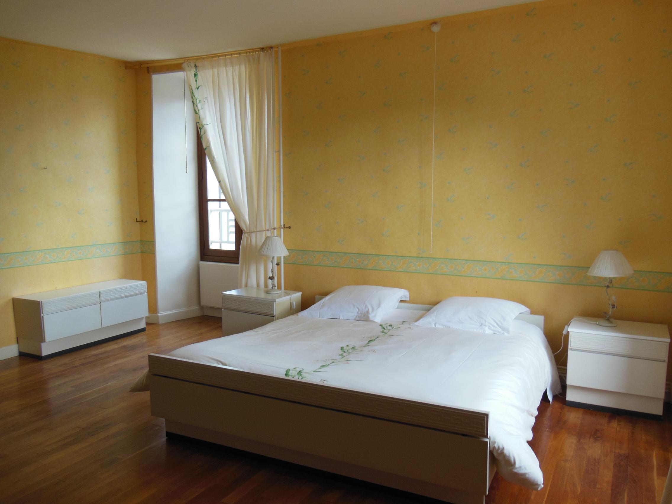 La chambre Les Lys et son grand lit pour deux personnes