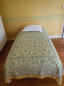Le lit d'une personne se trouvant dans la chambre Les Lys