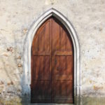 La porte en forme d'ogive de l'église de La Louptièré-Thénard
