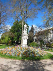 La statue du poète Jehan Cousin et son parterre fleuri
