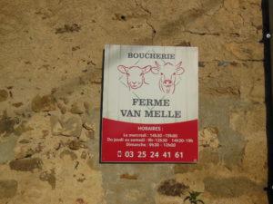 Le panneau apposé à l'entrée de notre ferme et annonçant notre boucherie à la ferme