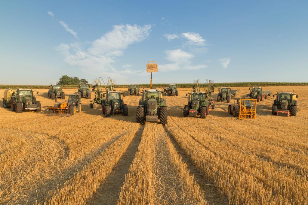 Photographie de groupe des matériels agricoles à la fin de la saison de paille !