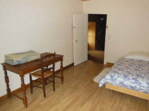 La Chambre Aux Oiseaux (vue du fond) avec son lit, son bureau et sa chaise
